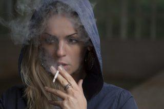 אישה מעשנת סיגריה