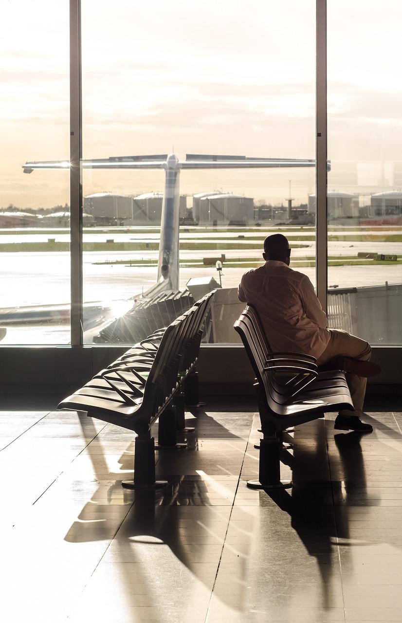 גבר מחכה לטיסה