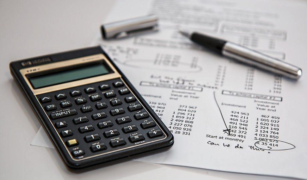 מחשבון, עט ומסמך של החזר מס